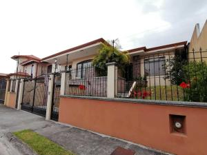 Casa En Ventaen Guadalupe, Goicoechea, Costa Rica, CR RAH: 22-458