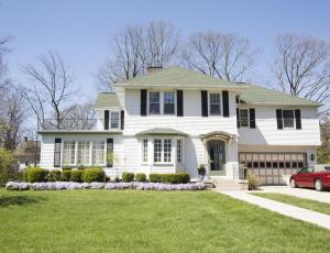 Beautiful home in the heart of Grandview sits on 0.4 acre lot!