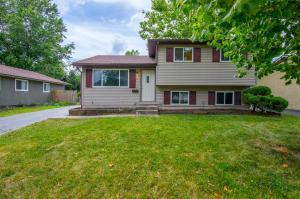 Welcome home! Spacious 4-level split in Devonshire with a detached 2 car garage!