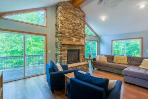 CANDLEWOD LAKE Soft Contemporary One Story Home