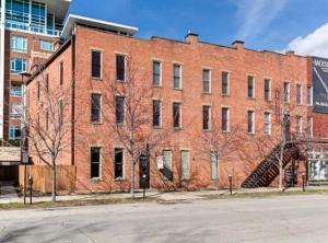 Great location in the heart of Short North with access to so many restaurants, shops and Goodale Park.  Located at the corner of 4th and High St, this Jackson Station condo is ready for you to make home and stop wasting money on rent.  Corner end unit open to 4th st. lets in lots of natural light.  Hardwood floors throughout with exposed brick walls.  Updated kitchen with stainless steel appliances.  Open floor plan for easy living and entertaining.  Laundry located in hall next to unit.  Nothing to do but move right in.