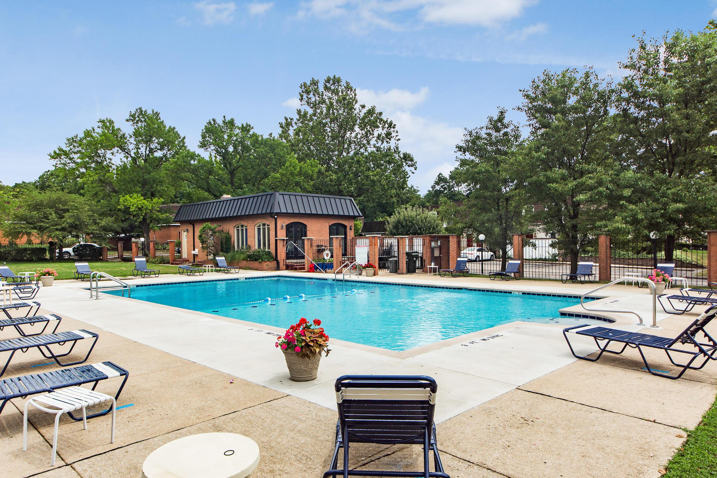 2786 Chateau Circle, Upper Arlington, Ohio 43221, 2 Bedrooms Bedrooms, ,2 BathroomsBathrooms,Residential,For Sale,Chateau,220024604
