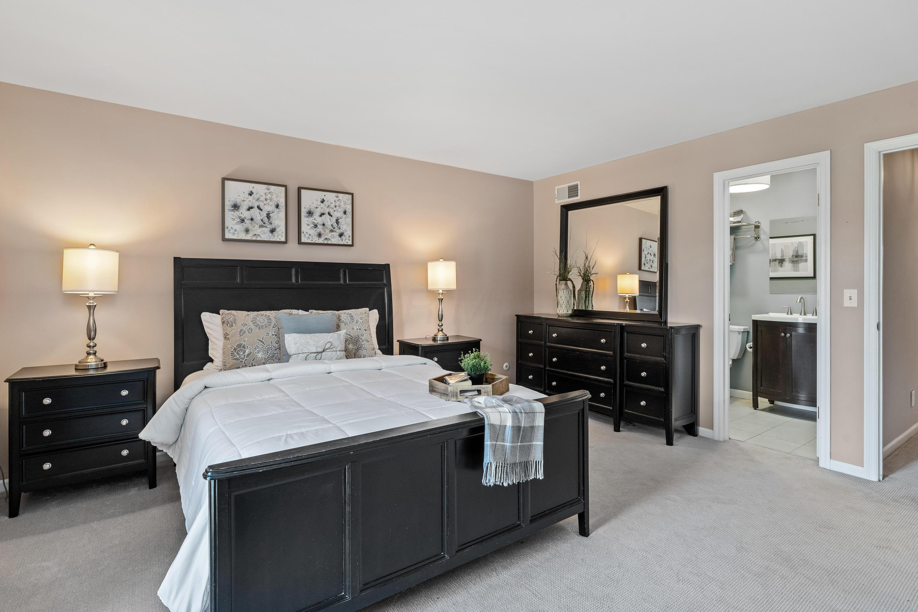 4234 Chaucer Lane, Upper Arlington, Ohio 43220, 2 Bedrooms Bedrooms, ,3 BathroomsBathrooms,Residential,For Sale,Chaucer,220031003