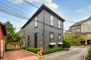 Welcome home to 39 Schiller Alley in historic town of German Village.