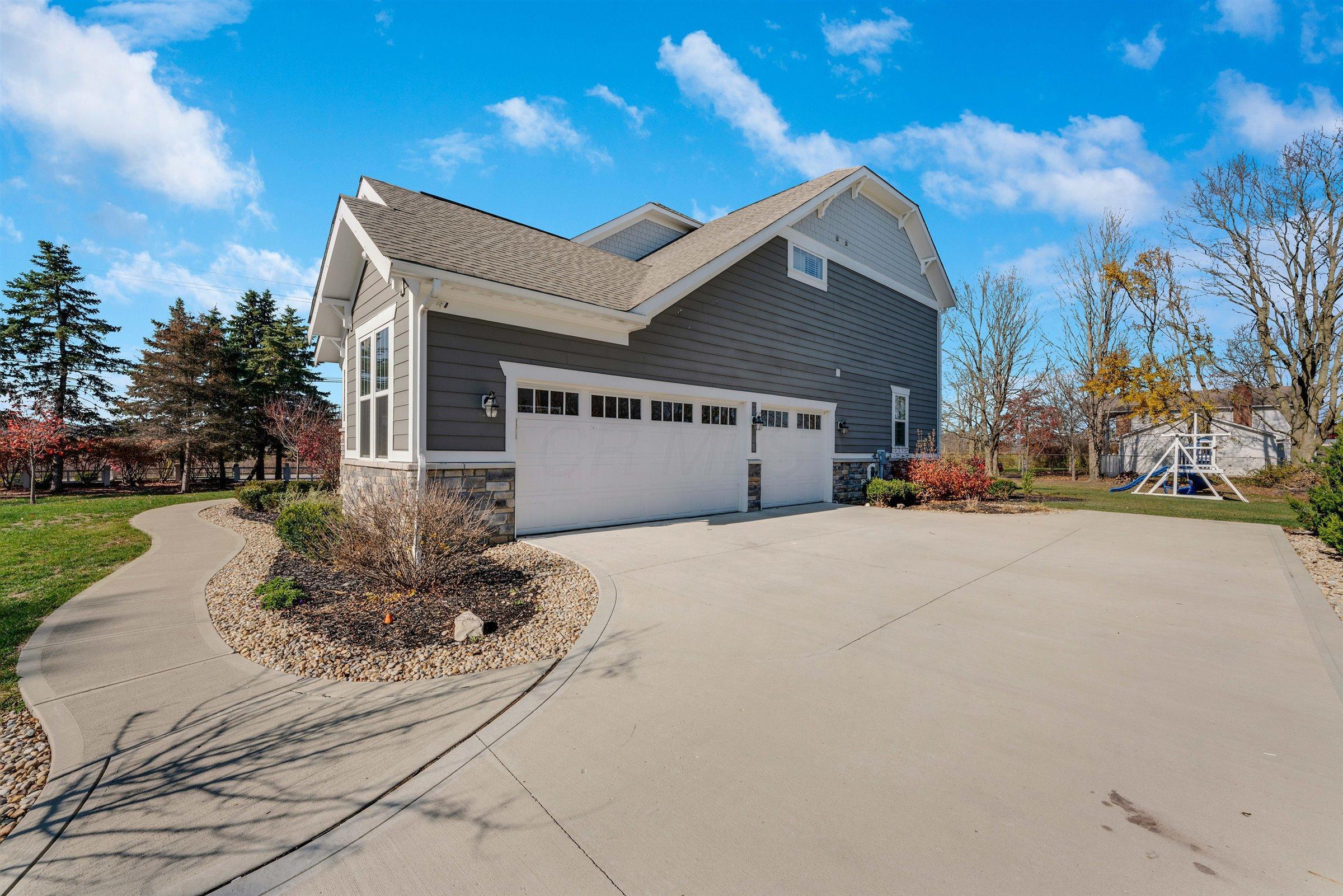 6332 Heritage Lakes Drive, Hilliard, Ohio 43026, 4 Bedrooms Bedrooms, ,4 BathroomsBathrooms,Residential,For Sale,Heritage Lakes,220040262