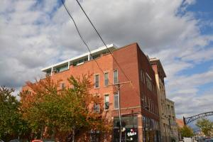 Why rent when you can own your own home in such a great location in the heart of Short North with access to so many restaurants, shops and Goodale Park.  Located at the corner of 4th and High St, this Jackson Station condo is ready for you to make home and stop wasting money on rent.  Makes a great investment property too. Corner end unit open to 4th st. lets in lots of natural light.  Hardwood floors throughout with exposed brick walls provide so much character. Updated kitchen with stainless steel appliances.  Open floor plan for easy living and entertaining. Nice sized walk-in closet for storage.  Nothing to do but move right in and with rates so low, now is the perfect time to buy your own home or rental property.