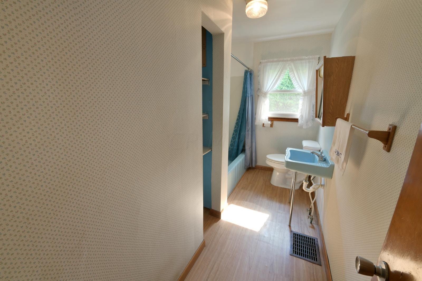 3719 Old Coopermill Rd - Full bath
