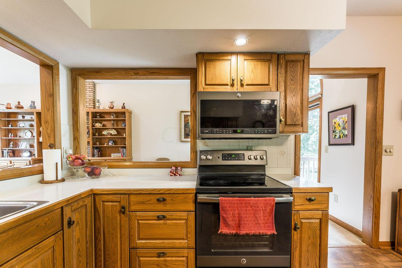 Kitchen,open to great rm.