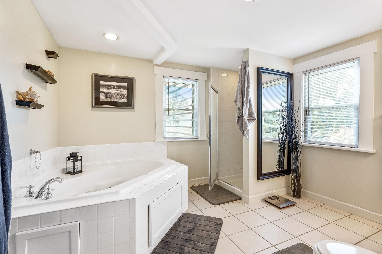 921 Chambers - Full bath
