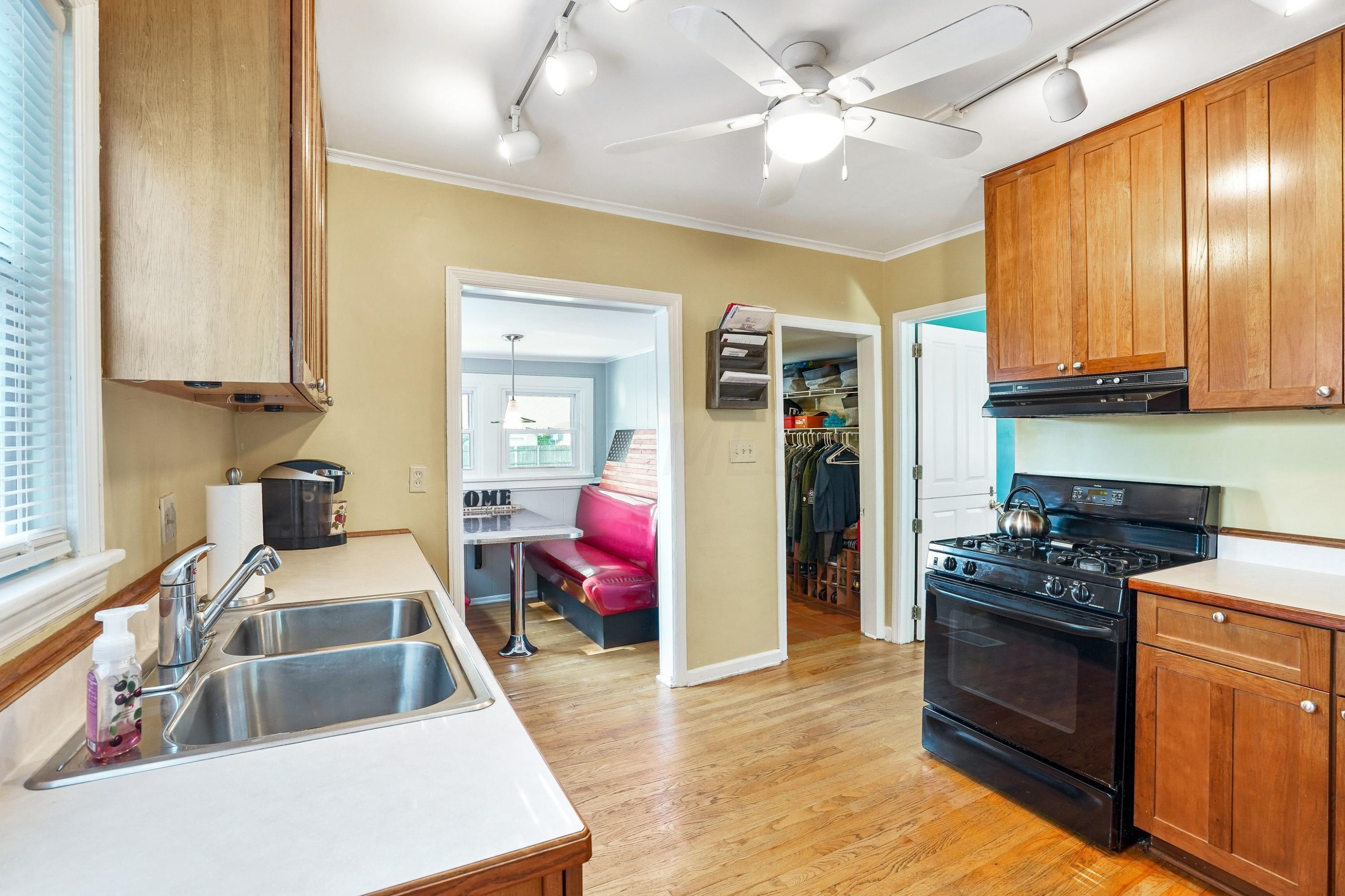 921 Chambers - Kitchen - Eat-In area