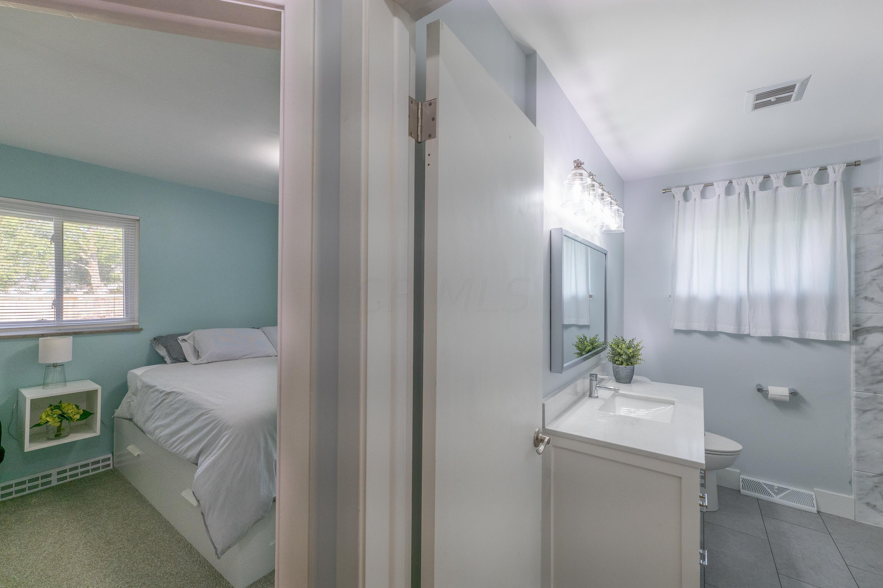 Hall bath next to owner's bedroom