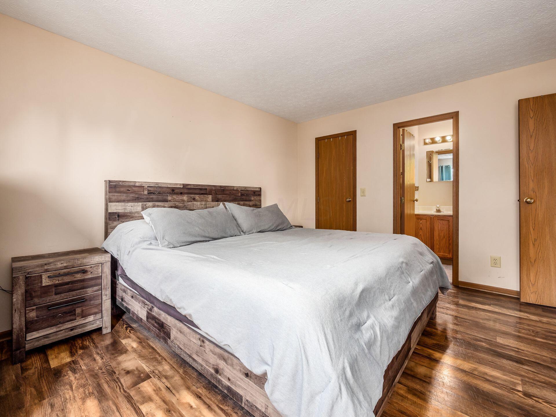 walk-in closet & full bath en suite