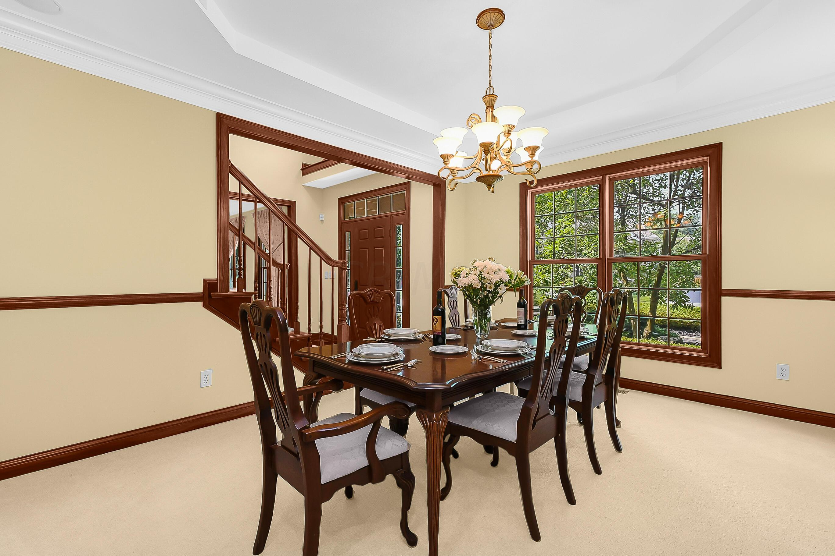 LOVELY Formal Dining Rm w/Tray Ceiling