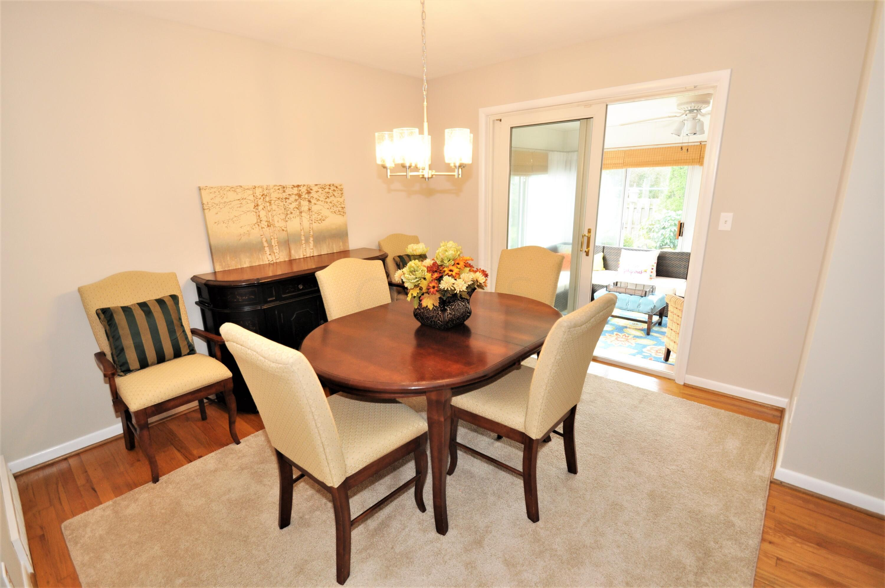 Dining Room opens to 12' Florida Room