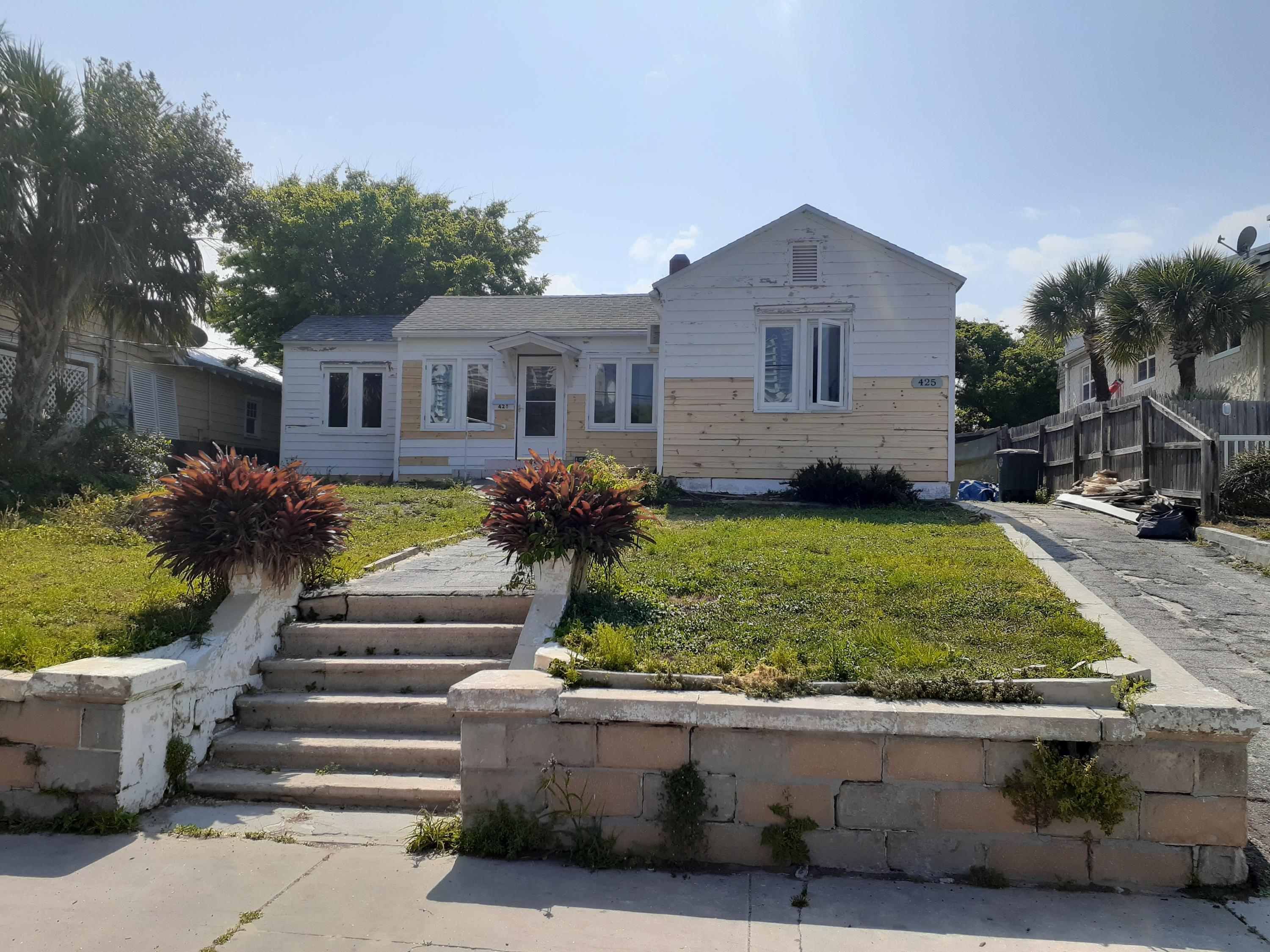 Listing photo id 3 for 425 Oleander Avenue