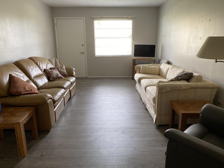 Listing photo id 2 for 10 Lynnhurst Drive 1050