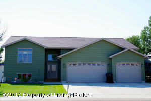 679 Diamond Dr, Dickinson, ND 58601
