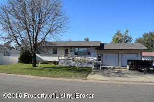 682 2nd Ave SW, Dickinson, ND 58601
