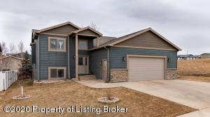 2211 Country Oak Drive, Dickinson, ND 58601