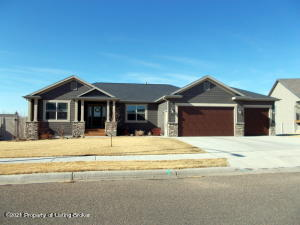 2495 Country Oak Drive, Dickinson, ND 58601