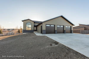 2293 Country Oak Drive, Dickinson, ND 58601