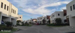 Casa En Ventaen Santo Domingo Norte, Cd Modelo Mirador Norte, Republica Dominicana, DO RAH: 21-2344