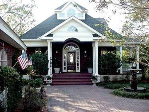 Beautiful 3 bedrooms, 2 bath waterfront home in Niceville!