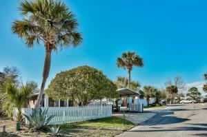 This quaint neighborhood is just a few minutes walk to the beach. Enjoy a deeded beach access by Inn of Blue Mountain Beach or the Highway 83 public access.