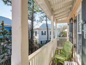 A perfect place to rest , read a book or sip a drink. Southerner live for our porches!