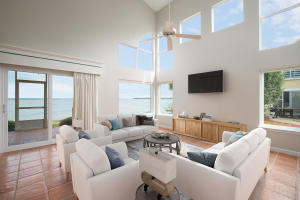 End unit offers panoramic bay views from the living, kitchen, and dining areas Primary Image