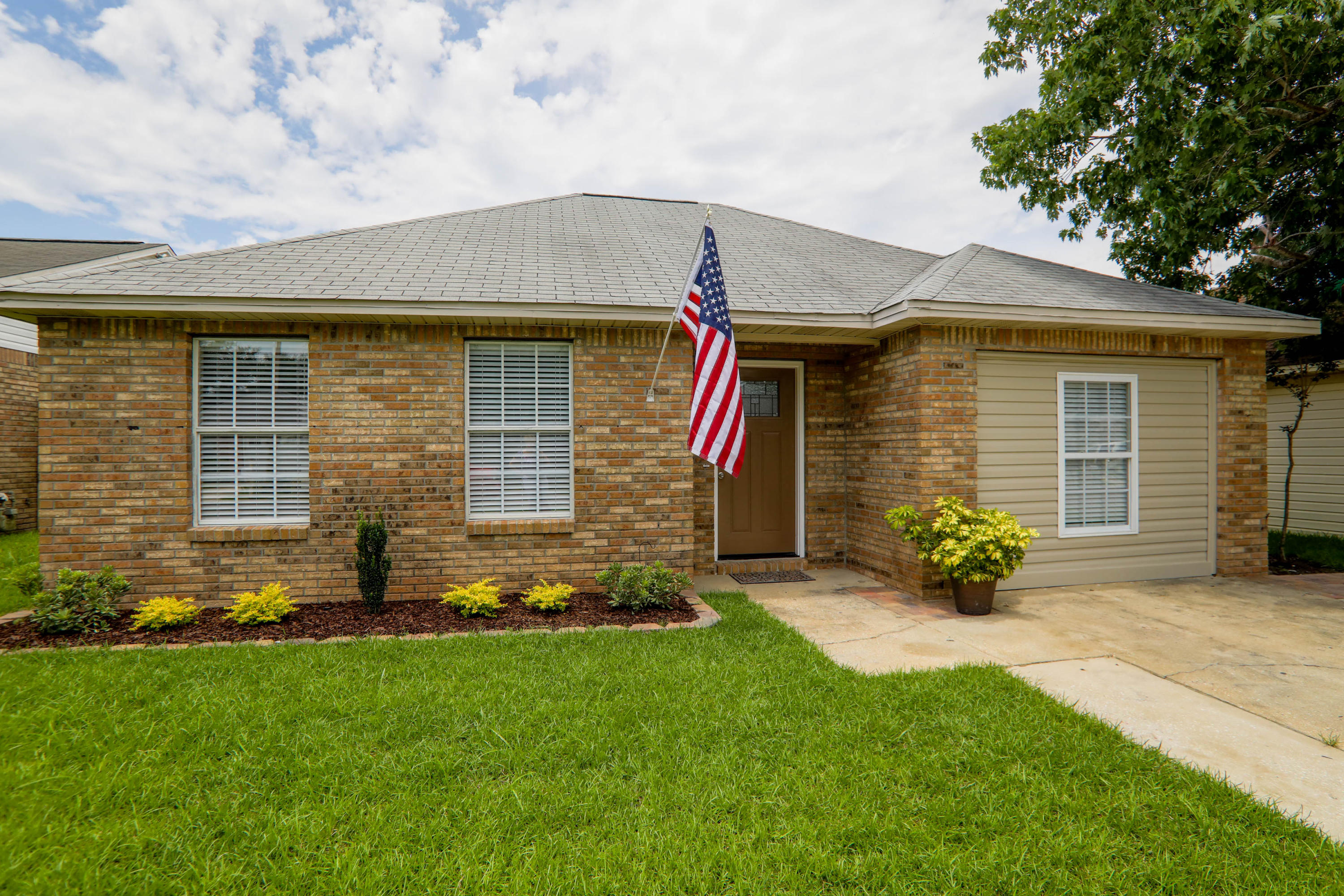 COMPLETELY remodeled, NEW A/C, NEW water heater, NEW cabinets, NEW counter tops, NEW kitchen, NEW bathroom, NEW flooring!! Located in the Heart of Destin, this 3 Bedroom 2 Bathroom has NO HOA!! Close to beaches, shopping, nightlife, and restaurants! Seller is offering $2,000 in closing assistance with preferred lender Element Funding.
