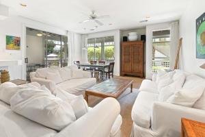 Living Room w/ Plenty of Seating