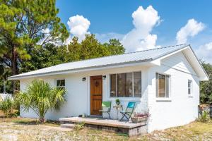 The beach is just a short distance from this cute Blue Mountain Beach cottage