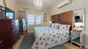 Beautiful and simply decorated studio with King-size Bed