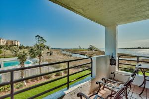Step out onto the balcony to enjoy the bay breeze and natural terrain beauty.