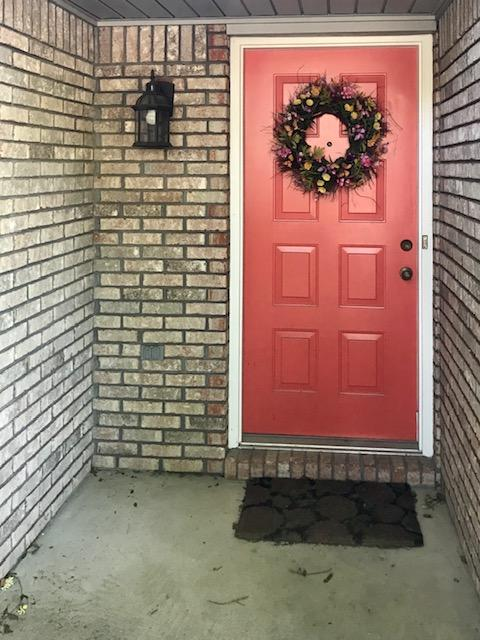 Open this door to a COZY, COMFORTABLE, and CONVENIENT Home in a great location!  Easy commute to Egl