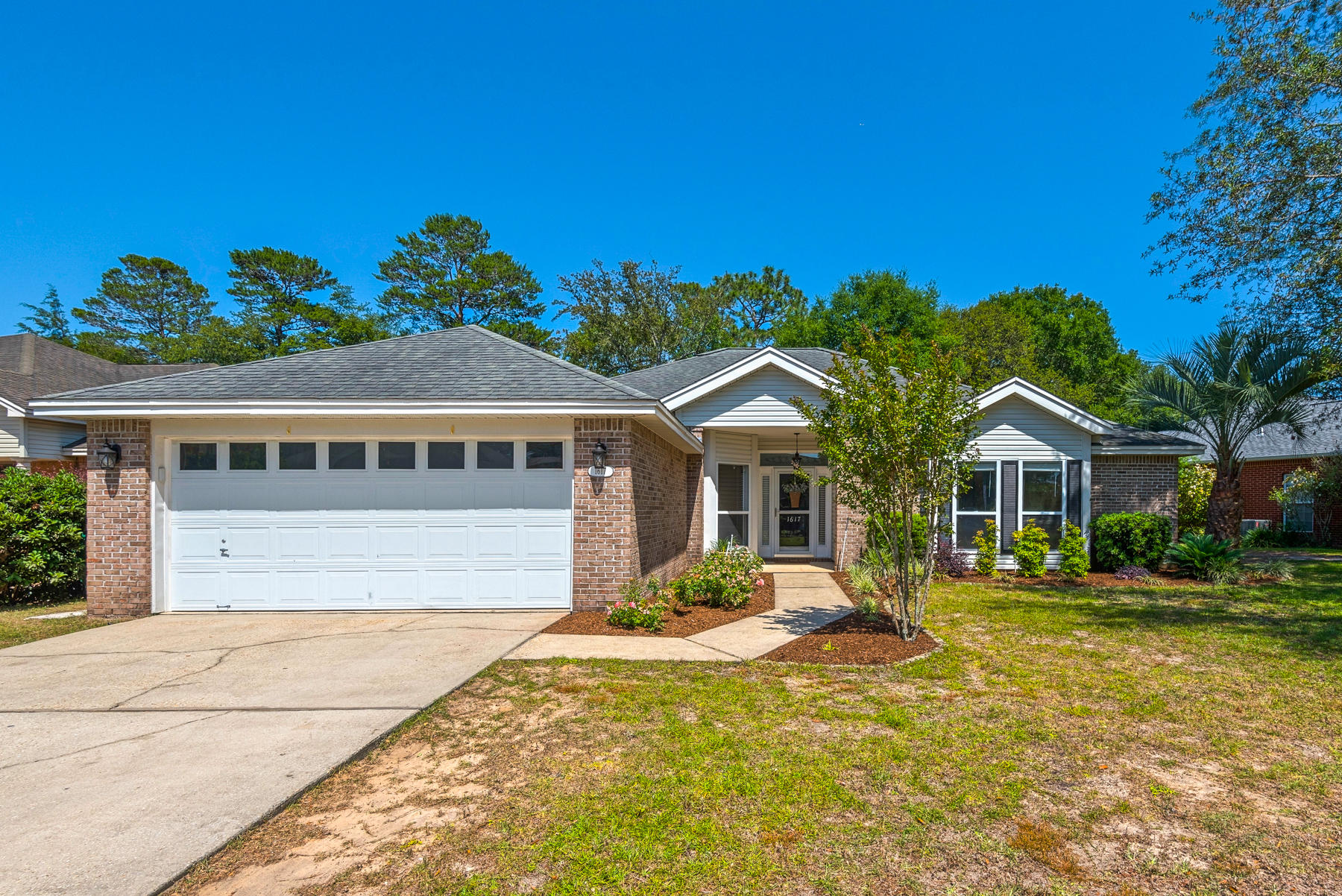 Bluewater Bay Beauty!! Step into this updated home and enjoy easy living! Located in Parkwood Estate