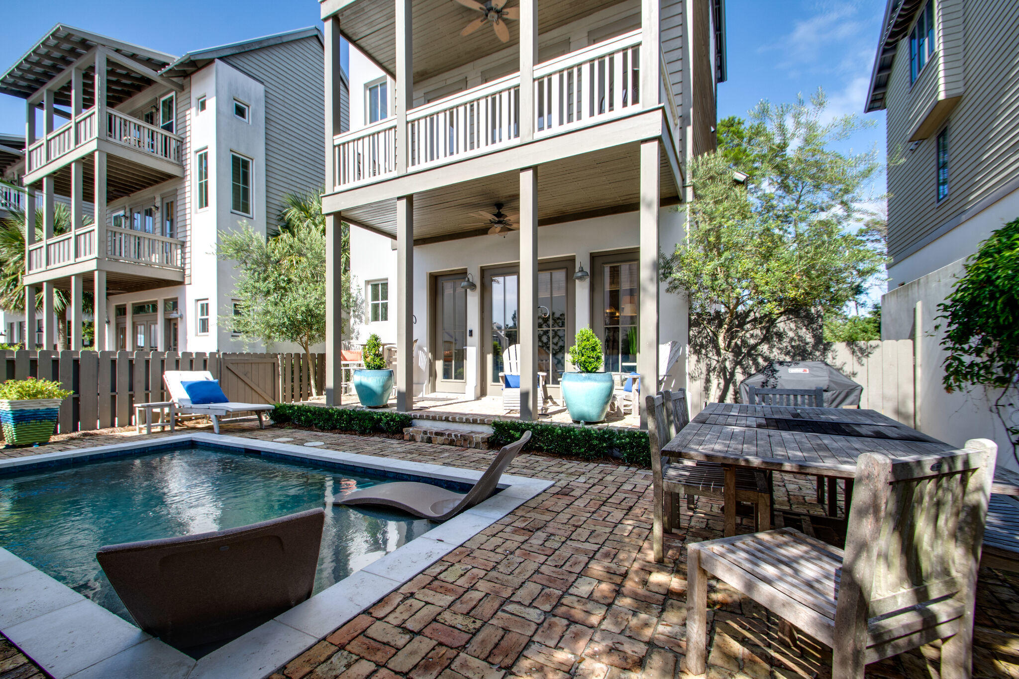 Great location next to Rosemary Beach with easy walk to beach, shops and restaurants. Main house off