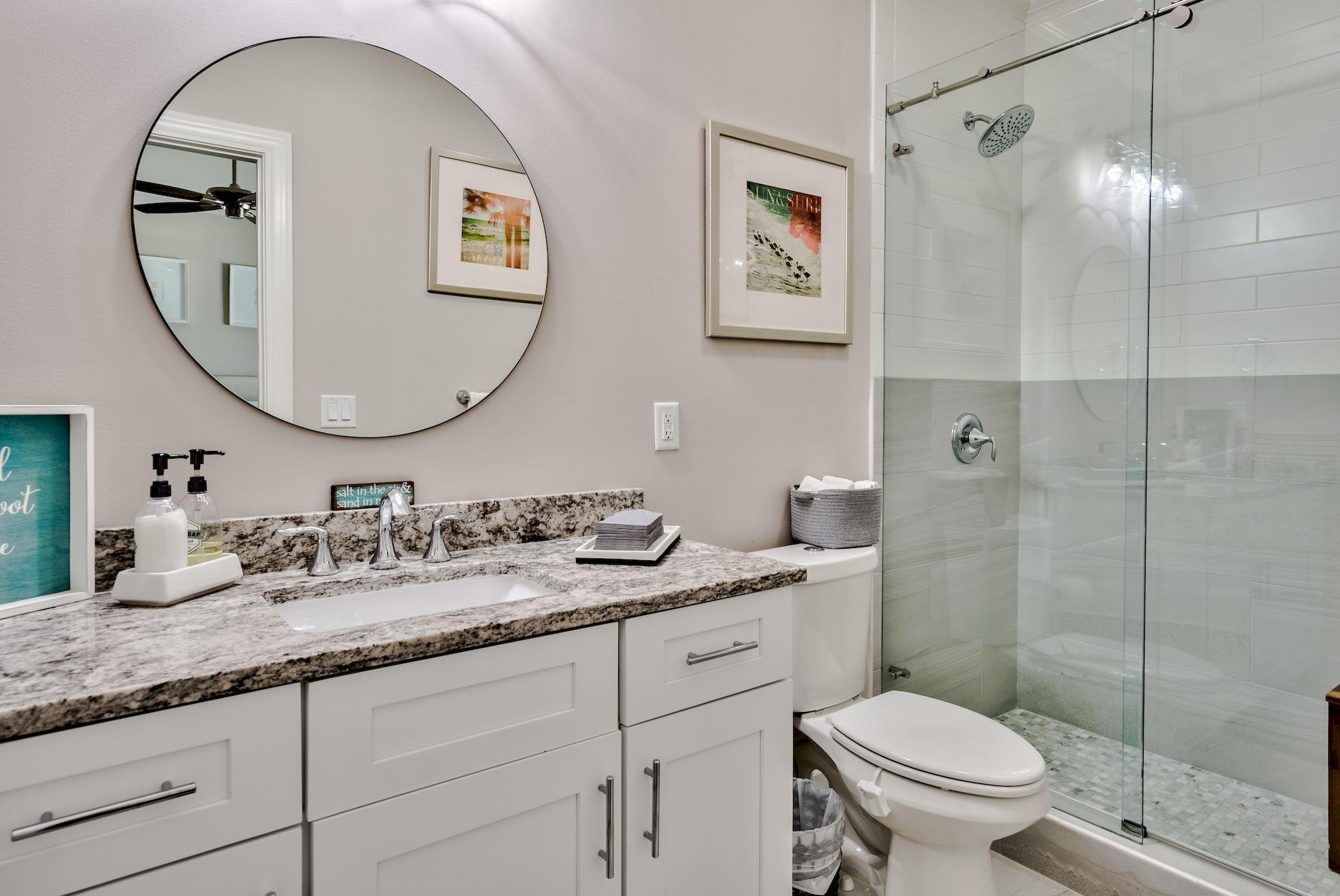 Ensuite Bath w Tile Shower