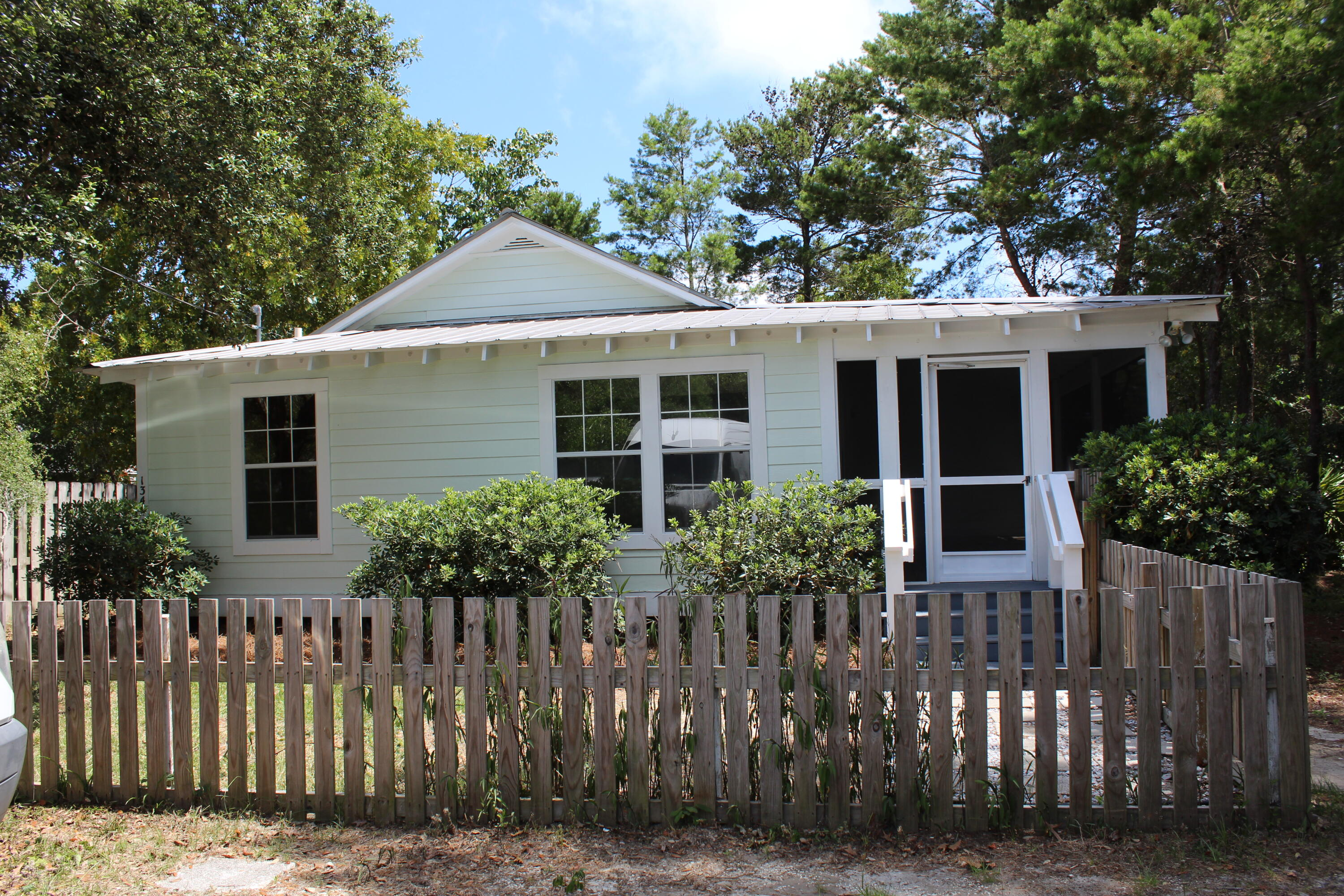 Charming beach cottage located in quiet neighborhood in Blue mountain Beach.  Home sits on a large l