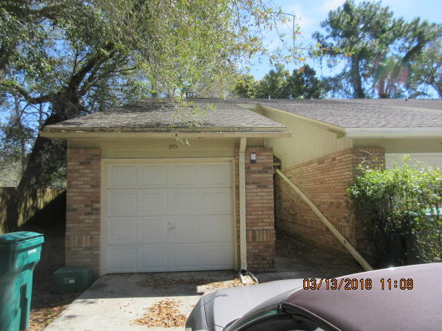 End unit with a garage, outstanding location minutes from Eglin & Hurlburt AFB. Large upstairs bathr