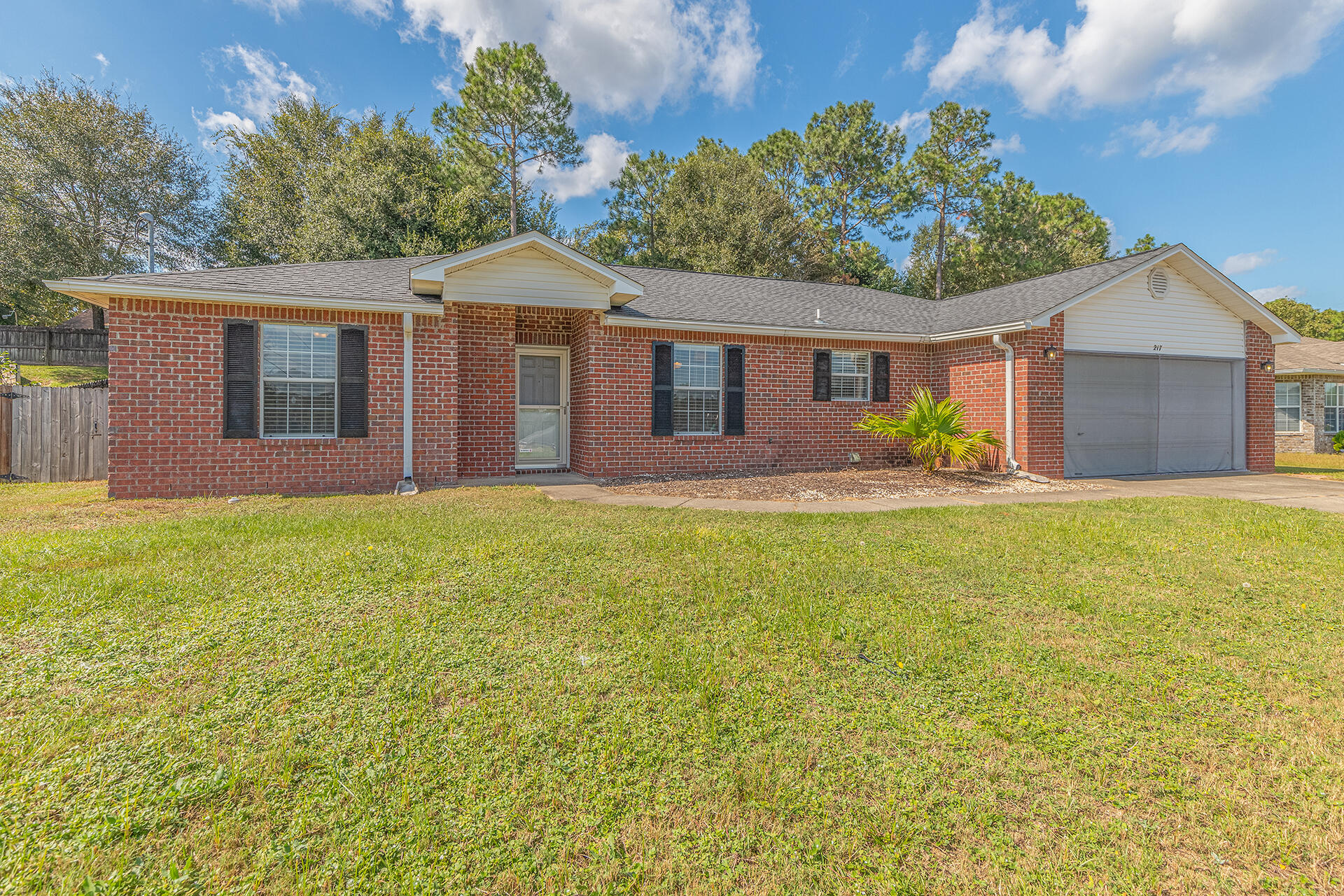 Adorable BRICK 3 bedroom, 2 bath home perfectly located in south Crestview!Featuring a spacious livi