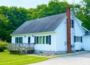 Welcome home! Nicely appointed 4 bedroom 2 bath home just outside of Newberry.