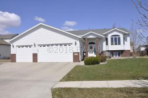 1084 PARKWAY Lane, West Fargo, ND 58078