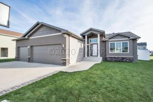 4932 SPENCER Lane S, Fargo, ND 58104