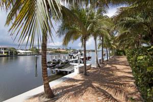 Lakefront dockage