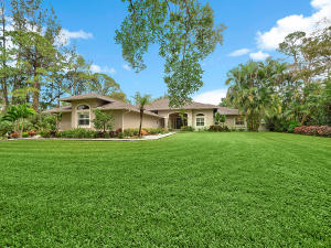 Trailwood 5/3.5/2 with a screened in pool on 1.05 acres.