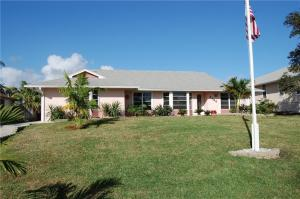 Stylishly tropical! You'll love this great 3 bedroom home in the highly desirable Skyline Drive area!