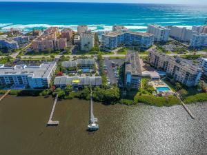 Pet friendly, boating - waterfront community just steps to the beach!