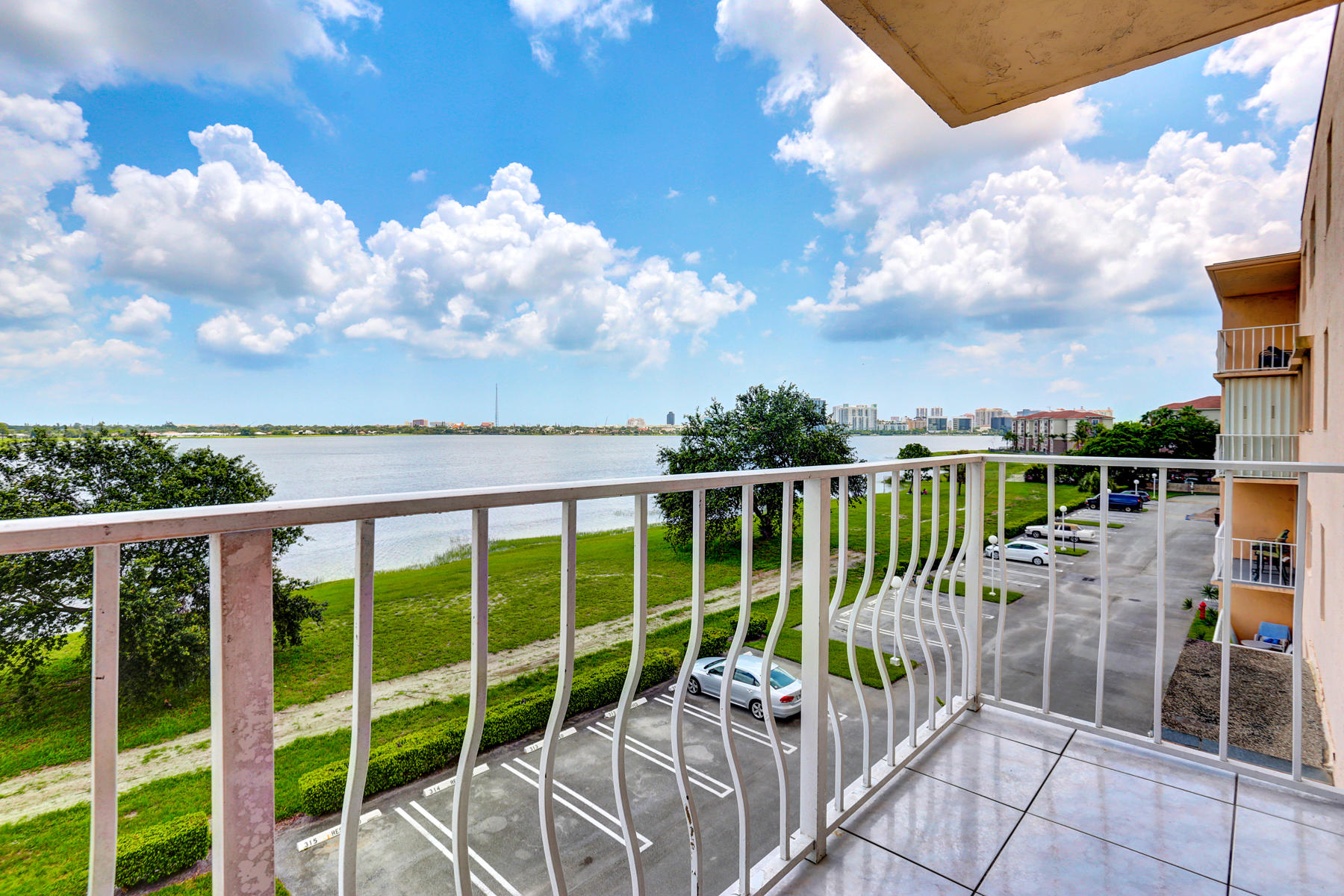 470 Executive Center Drive, West Palm Beach, Florida 33401, 1 Bedroom Bedrooms, ,1 BathroomBathrooms,Condo/Coop,For Sale,Breakwaters of The Palm Beaches,Executive Center,4,RX-10439274
